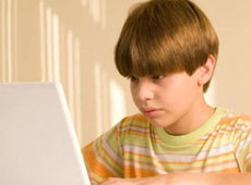 boy online being supervised by parents using ScreenRetriever